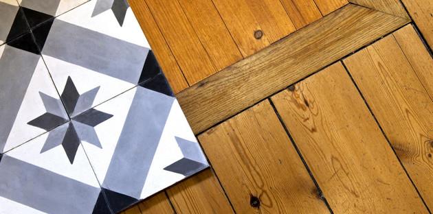 Pose de carrelage sur une surface en bois