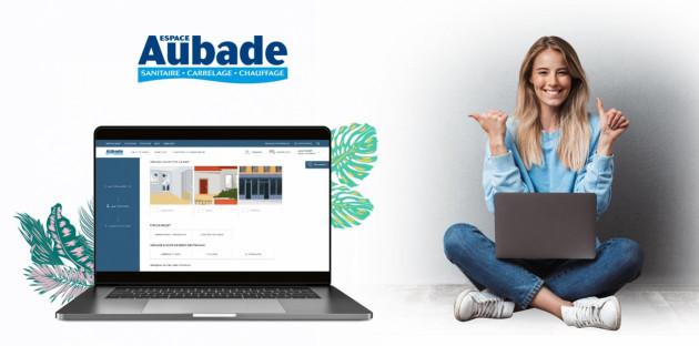 Jeune femme naviguant sur la demande de devis du site internet Espace Aubade