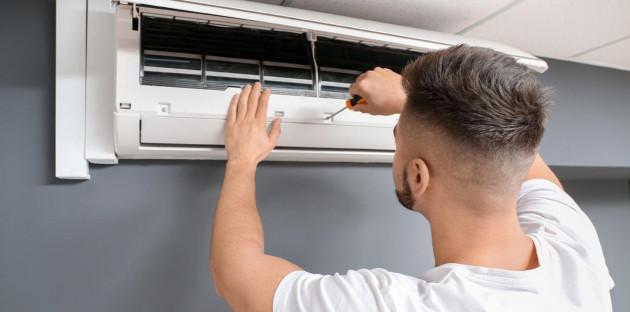 Démontage professionnel d'un climatiseur