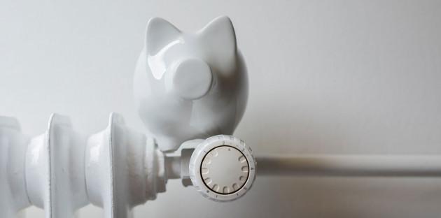 Tirelire cochon sur un radiateur