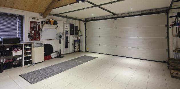 Carrelage au sol dans le garage