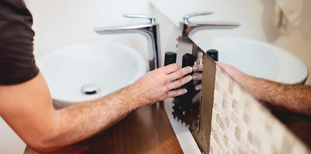 Artisan posant de la mosaïque dans une salle de bain