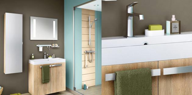 Belle salle de bain colorée à double vasque en céramique et meuble bois