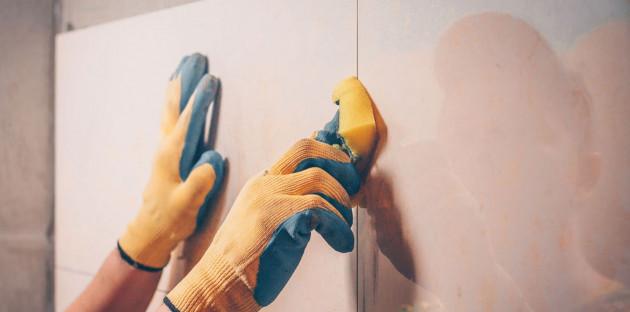 Nettoyer joint carrelage à l'éponge