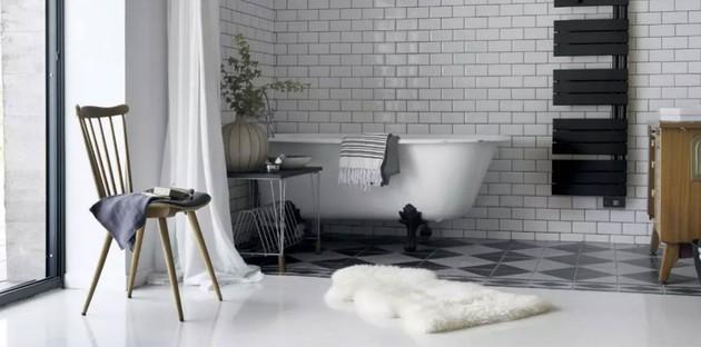 Salle de bains rétro avec du carrelage mural blanc