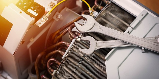 outils de réparation déposés sur une unité de climatisation