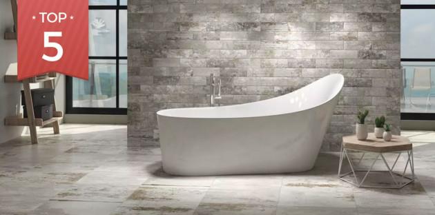 Baignoire îlot dans une salle de bains de style suédois