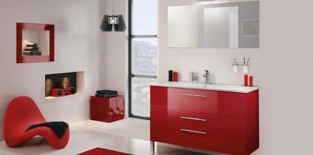 Une salle de bains chaleureuse grâce à une décoration rouge et blanche!
