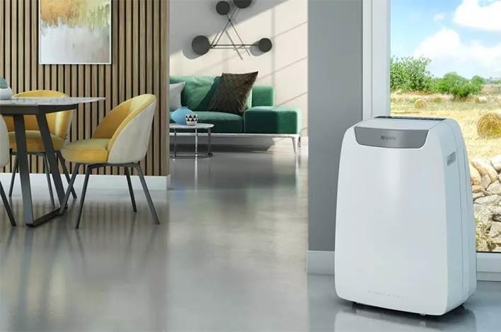 climatiseur mobile dans la pièce à vivre