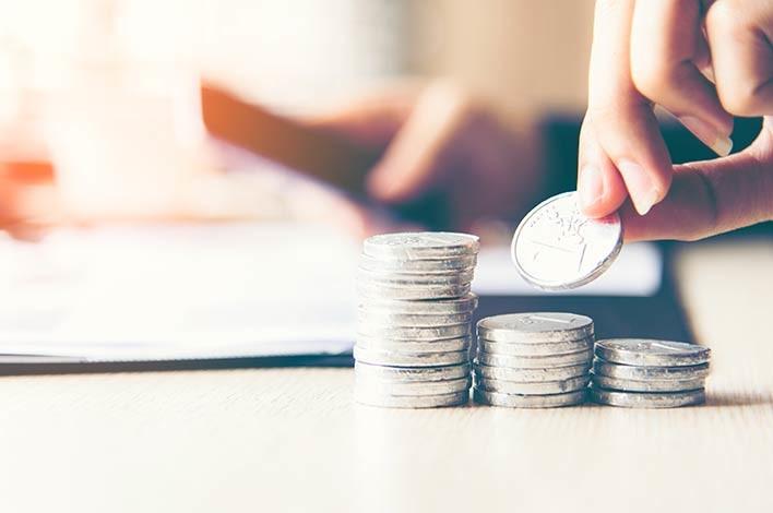 Personne comptant des pièces de monnaie