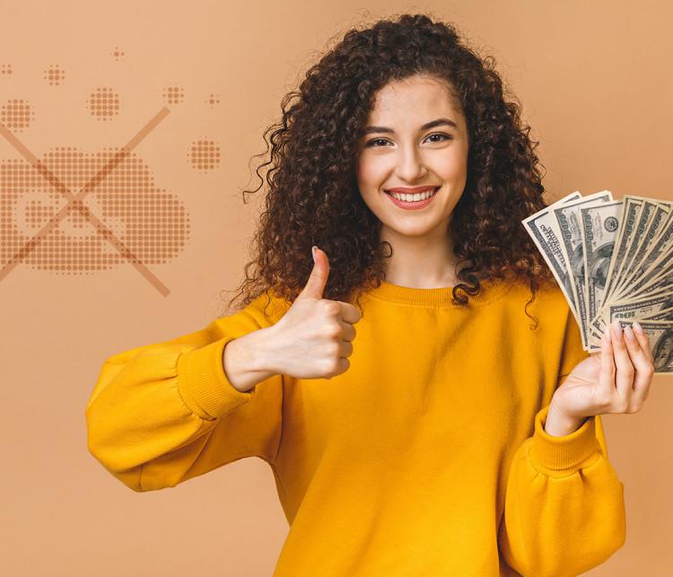 jeune femme exposant une liasse de billets