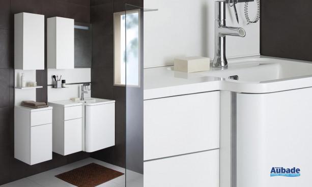 ensemble blanc laqué satiné Bump de Sanijura avec miroir rétro-éclairé, armoirette, plan vasque en marbre de synthèse et meuble sous table