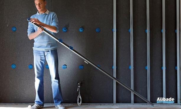 Les modules intègrent un réseau de tubes dans lesquels circulent l'eau chaude et l'eau froide, se posent à la place des habituelles plaques de plâtre.