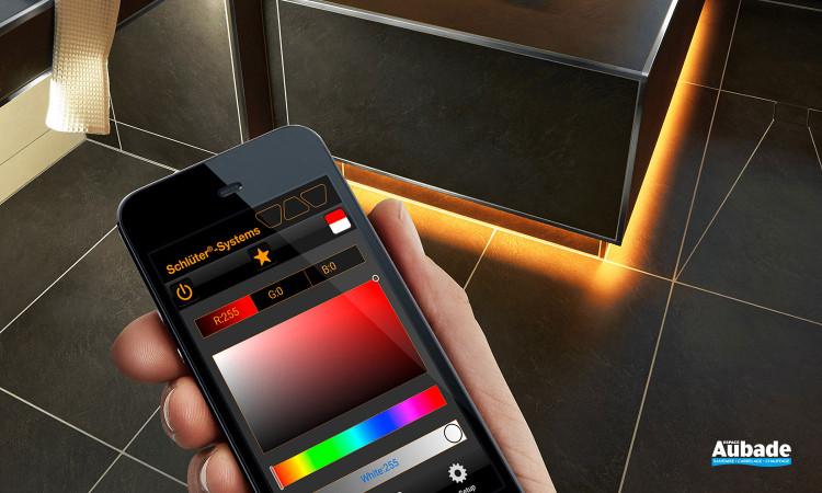 Sols et murs carrelés en lumière avec les profilés à LED Schlüter®-LIPROTEC
