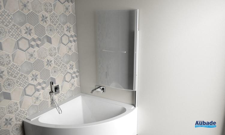 Pare-baignoire d'angle pivotant Curva relevé de la marque Jacuzzi