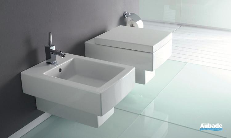 WC équipé d'une cuvette suspendue avec abattant Softclose, et bidet suspendu Vero de Duravit