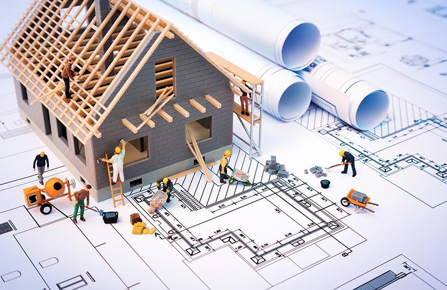 Plan de maison en construction avec ouvriers